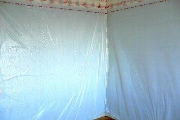 Защита стен пленкой от пыли при проведении паркетных работ